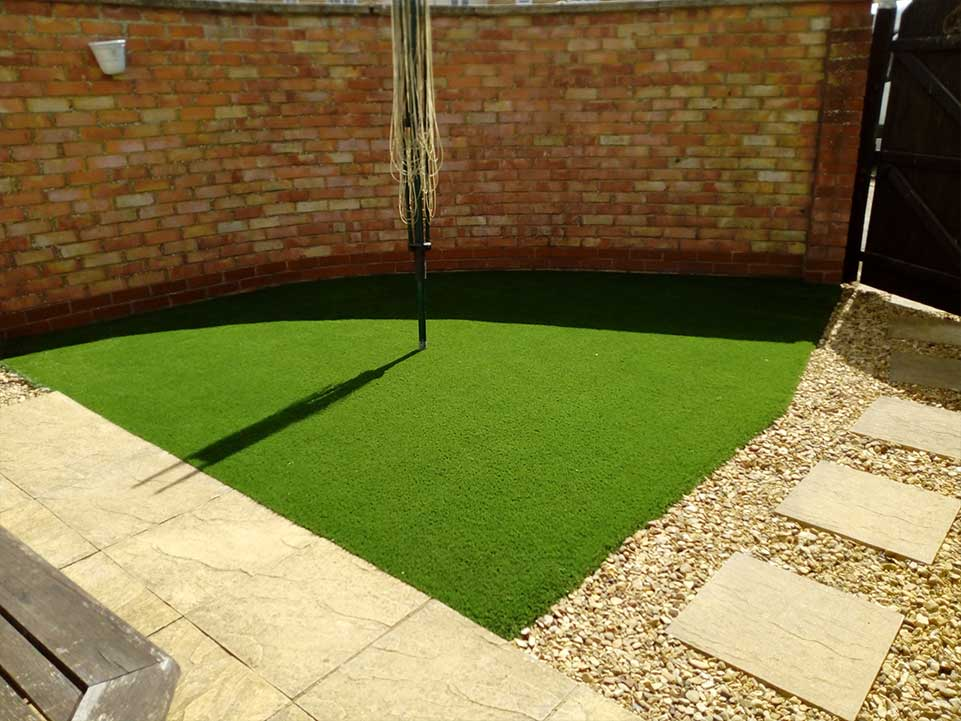 Artificial grass, paving slabs, gravel and clothes line