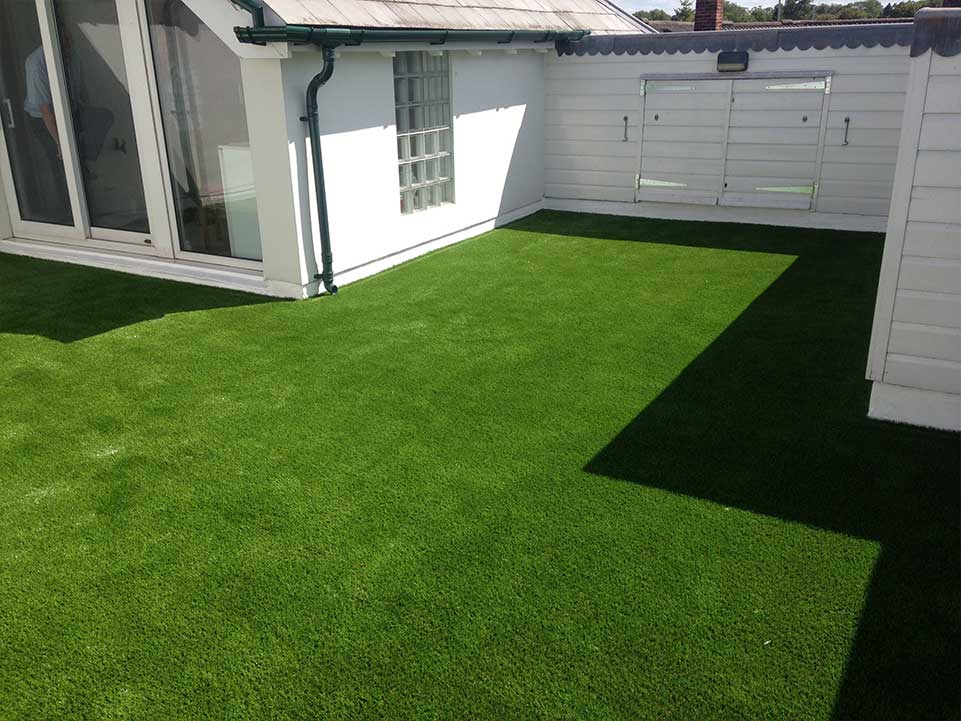 Holiday home with artificial grass
